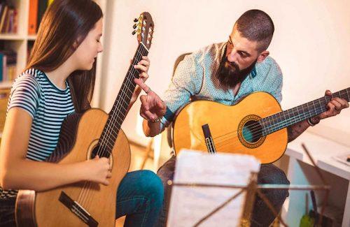 escuela tocar guitarra